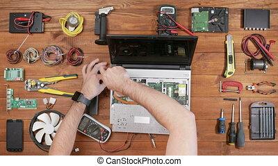 disassembles, bois, ordinateur portable, screwdriver., table, vue., mâle, sommet, ingénieur
