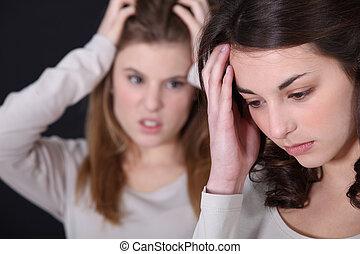 discusión, dos, mujeres jóvenes