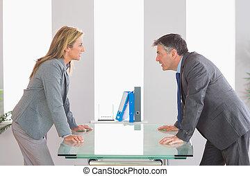 discusión, enojado, escritorio, businesspeople, dos, cada, lado