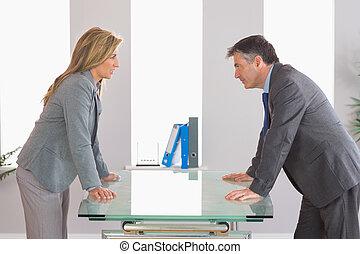 discusión, escritorio, businesspeople, dos, cada, lado, irritado