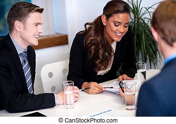 discusión, yendo, reunión, vestíbulo