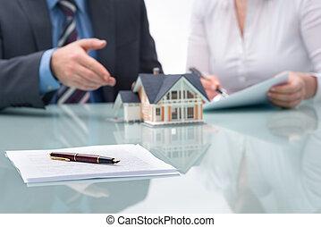 discussão, com, um, agente propriedade imobiliária