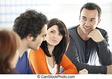 discussão informal, grupo, no trabalho