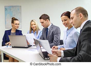 discussão, laptop, tendo, equipe negócio