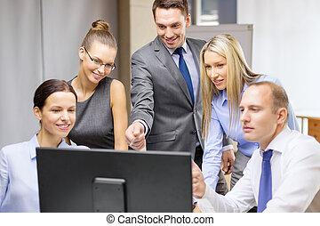 discussão, tendo, monitor, equipe negócio