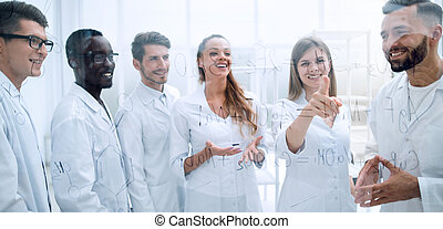 discussing, bádat, skupina, vědci, laboratoř, jejich