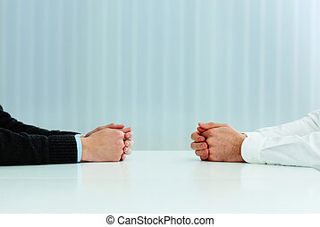 discussion., image, deux, leur, closeup, hommes affaires, mains, table, avoir
