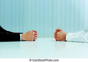 discussion., immagine, due, loro, closeup, uomini affari, mani, tavola, detenere
