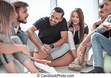 discuter, équipe, jeune, plan affaires