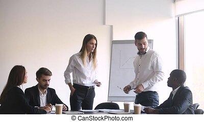 discuter, conflit, réunion salle réunion, pendant, femme, mâle, collègues, avoir