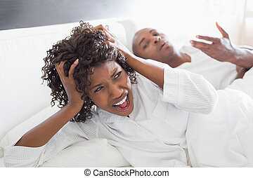 discuter, couple, jeune, lit