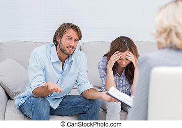 discuter, couple, pleurer, divan