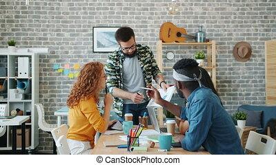 discuter, diagrammes, regarder, travail, hommes, bureau, concepteurs, application, femmes