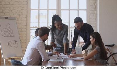 discuter, ensemble, business, briefing, nouveau, plan, multiracial, équipe, fonctionnement