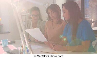 discuter, femmes affaires, bureau, papiers