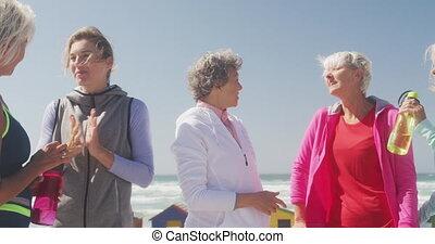 discuter, plage, athlétique, femmes