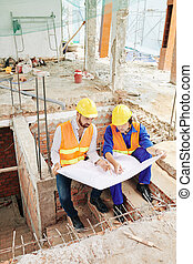 discuter, plan, ouvriers, construction