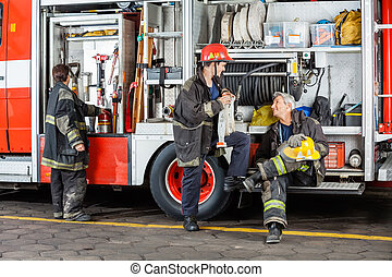 discuter, pompiers, camion