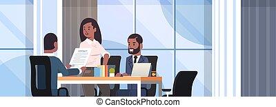 discuter, portrait, document, contrat, intérieur, américain, horizontal, africaine, concept, pendant, développement, bureau, business, businesspeople, réunion, plat, fonctionnement, négociation, collègues, co-investment