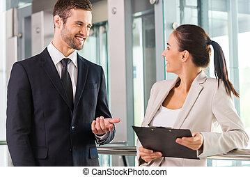 discutir, nuevo, project., dos, alegre, empresarios, discutir, algo, y, sonriente