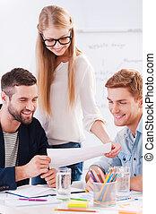 discutir, nuevo, project., tres, confiado, empresarios, en, listo casual, uso, discutir, algo, mientras, el mirar, el, documento, juntos