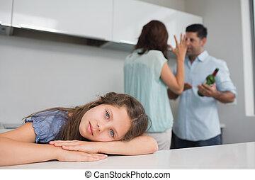 discutir, triste, enquanto, pais, menina, cozinha