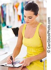 diseñador de modas, el bosquejar