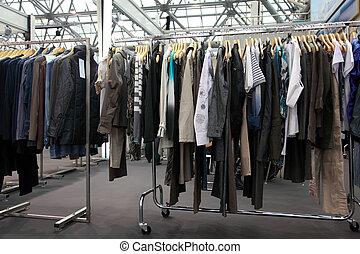 diseño, ropa, cuelgue, en, demostración, estante, en, sala...