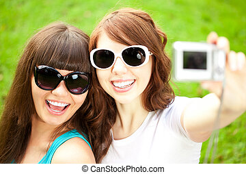 disparar, fotografar, did, foto, par, meninas, jovem, selfie., dois, trendy, themselves., amigos, nature., mulheres