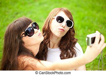 disparar, fotografar, duckface., did, foto, par, meninas, selfie., jovem, dois, trendy, themselves., amigos, nature., mulheres