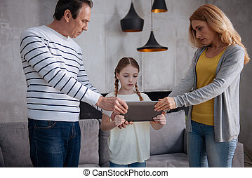 dispositivo, levando, estrito, pais, criança, lar, eletrônico, afastado