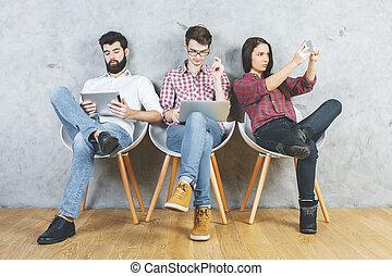 dispositivos, usando, eletrônico, adultos jovens
