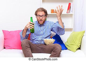 dissatisfacted, homem, sofá, quando, televisão assistindo