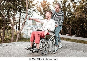 distância, apontar, passeio, incapacitado, durante, homem sorridente
