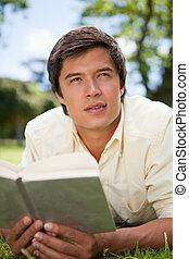 distância, leitura, olhar, enquanto, livro, homem, capim, mentindo, ele