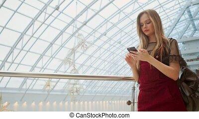 distance, email, sac à dos, travail, stands, commercialisation, internet.online, aéroport, smartphone.hipster, jeune, e-learning., chèques, education., femme, usages, chapeau, brouter, blogging, bavarder, girl, touriste