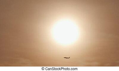 distance, fermé, ciel, contre, avion., avion, prendre, fond, silhouette, avion, ou, levers de soleil, sunset.