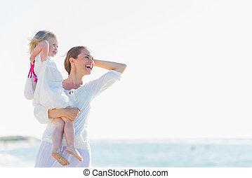 distance, regarder, mère, bébé, plage, heureux