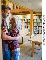 distance, romantique coupler, jeune, bibliothèque, étagère