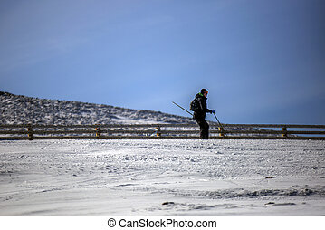 distante, esquiador
