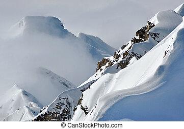 distante, nuvens, picos, acima, nevado