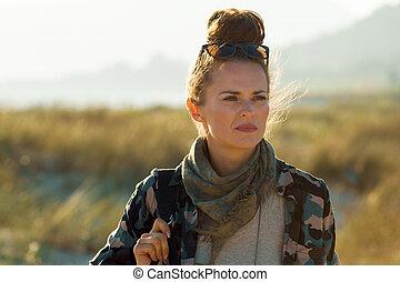 distanza, donna, turista, adattare, dall'aspetto, fuori
