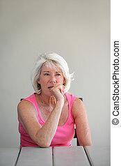 distraído, mujer mayor