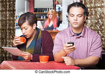 distrait, couple, utilisation, appareils