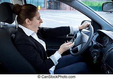 distrait, femme, utilisation, smartphone, et, conduire...