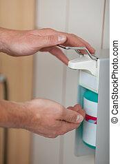 distribuidor, usando, doutores, sanitizer, mãos