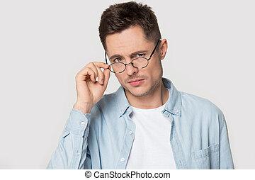 distrustful, lowering, глава, eyeglasses, выстрел, ищу, камера, портрет, человек