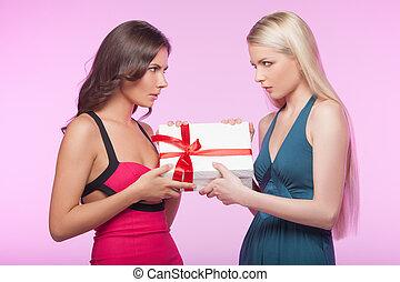 dit, doosje, is, mine!, it?s, mine!, twee, boos, jonge vrouwen, het proberen, om te nemen, weg, een, giftdoos, terwijl, vrijstaand, op, rooskleurige achtergrond