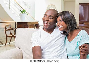 divan, délassant, couple heureux