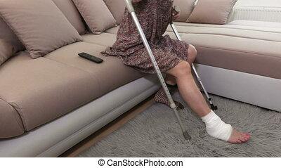 divan, haut, stand, essayer, béquilles, femme, handicapé